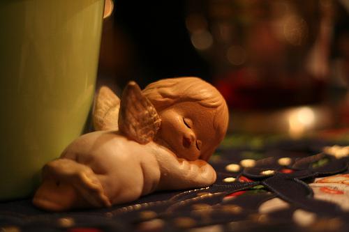 imagen de un ángel de porcelana durmiendo