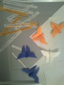 imagen de mariposas de origami y de letreros hechos a mano