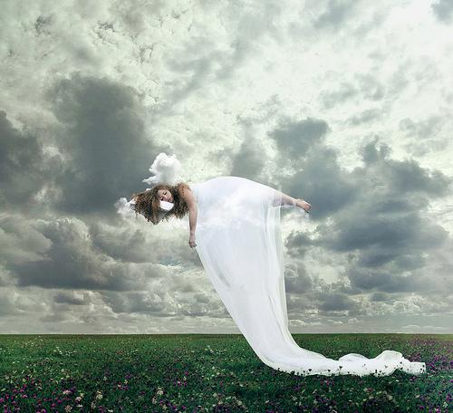mujer durmiendo en el aire sobre prado con flores