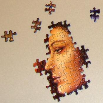 interpretar un sueño es como armar un rompecabezas, parecido al que aparece en la imagen con el perfil de una mujer