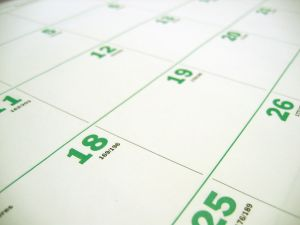 Primer plano de calendario con números verdes.