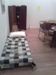 habitación con aire masculino usada como instalación en una exposición de arte contemporáneo