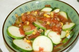 primer plano de comida casera vegetariana que incluye granos de maíz