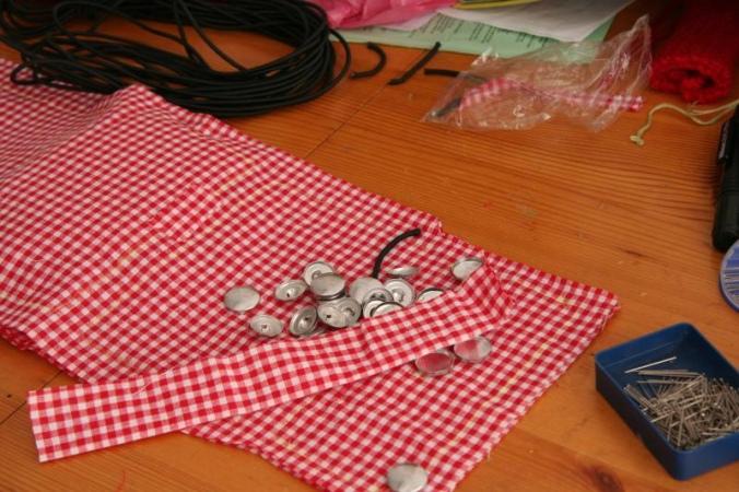 Tela escocesa blanca y roja, con botones sobre ella