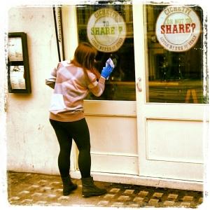 Mujer limpiando vidrios de puertas