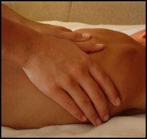 primer plano de manos masculinas dando un masaje de espalda