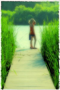 niños al final de una plataforma flotante