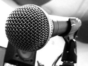primer plano de micrófono metálico