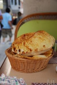 pedazos de pan en canasta