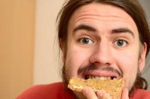 hombre mordiendo pedazo de pan