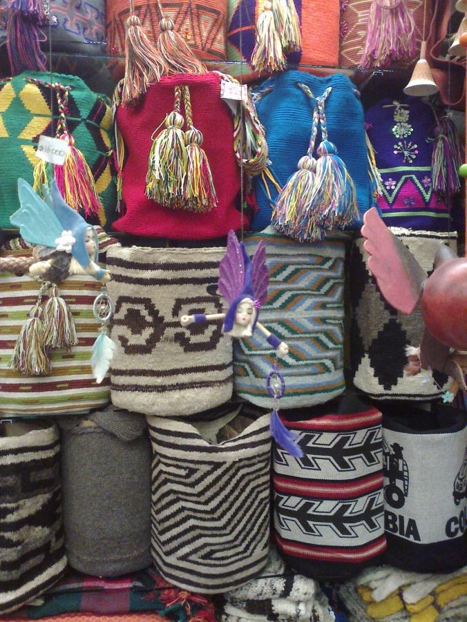 haditas hechas a mano sosteniendo atrapasueños