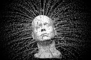 cabeza artificial con agua saliendo con fuerza de ella