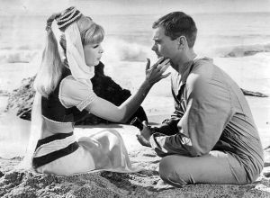 escena en la playa de mi bella genio i dream of jeannie barbara eden blanco y negro
