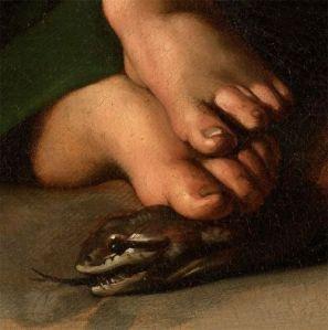 detalle de pies y serpiente en la pintura de caravaggio madonna con el niño y santa ana