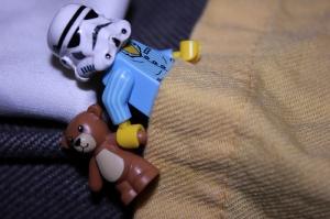 imagen de star trooper en pijama y con osito en la mano listo para dormir